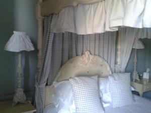 photo of 4 poster bed at the White Hart Inn Harrogate